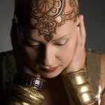 """Hennával """"gyógyítja"""" a rákbetegeket egy művész"""