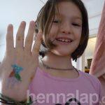 Lili az önkéntes csillámfestő