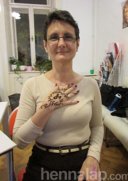 Erika hennájában a mellrák szimbóluma, a szalag. Másik kezén ugyanez a minta csillámfestéssel.