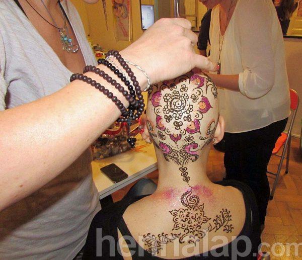 Evelin Laura csodás henna-csillám koronáját készíti