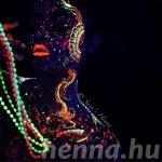 A sötétben világító, neon henna tetkókba belekáprázik a szemed