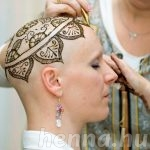 Kreatív művészek stílusjeggyé alakítják az önbizalomgyilkos hajvesztést